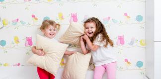 Børn leger i sengen