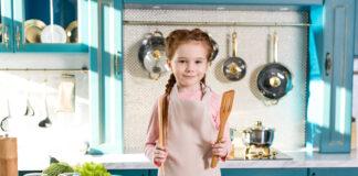 Pige laver mad